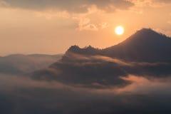 薄雾早晨日出和海在泰国 免版税库存照片