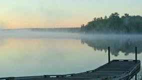 薄雾清早录影在热甜酒池塘,缅因的 免版税库存照片