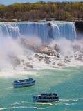 薄雾的佣人:旅行家小船在Niangara的河落,美国边(美国人秋天) 免版税库存图片
