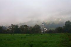 薄雾的教会在巴伊纳巴什塔,塞尔维亚附近 图库摄影