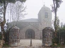 薄雾的教会- O'Cebreiro 免版税库存照片