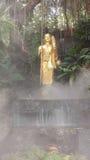 薄雾的菩萨在金黄山曼谷 库存照片