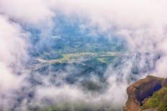 薄雾覆盖了山灵山上饶 免版税库存图片