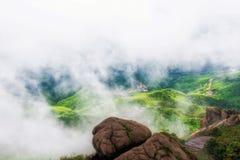 薄雾覆盖了山灵山上饶 库存图片