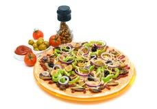 薄饼、香料、橄榄和番茄酱在白色背景 免版税库存照片
