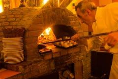 薄饼人在意大利餐馆在布鲁塞尔,比利时 免版税库存照片
