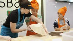 薄饼制造者教男孩做面团在事件 股票录像