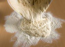 薄饼和面包的未加工的麦子面团 库存照片