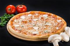 薄饼四乳酪用烟肉、无盐干酪、巴马干酪、希脂乳和Dor 库存照片