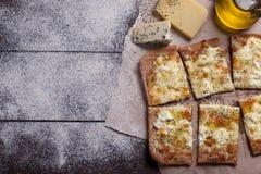 薄饼四乳酪用牛至和橄榄油 quattro fromaggi 免版税库存图片