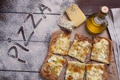 薄饼四乳酪用牛至和橄榄油 quattro fromaggi 库存照片