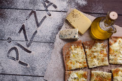 薄饼四乳酪用牛至和橄榄油 quattro fromaggi 库存图片