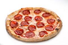 薄饼在白色隔绝的意大利辣味香肠关闭 味道好的蒜味咸腊肠 库存图片