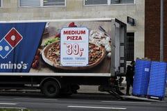 薄饼多米诺的和交付卡车 免版税图库摄影