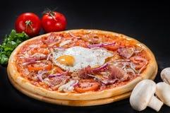 薄饼巴勒莫用无盐干酪、烟肉、葱、蕃茄和鸡蛋 免版税库存图片
