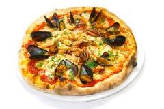 薄饼海鲜意大利食物薄饼,火腿采蘑菇橄榄 图库摄影