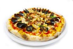 薄饼海鲜意大利食物薄饼,火腿采蘑菇橄榄 库存图片