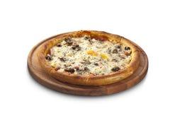 薄饼用乳酪、蒜味咸腊肠和蘑菇 免版税图库摄影