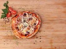 薄饼用意大利辣味香肠和菜 库存图片