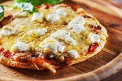 薄饼用无盐干酪乳酪、蕃茄、胡椒、香料和新鲜的蓬蒿 意大利薄饼 在木选项的比萨马尔盖里塔或玛格丽塔 库存照片