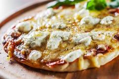 薄饼用无盐干酪乳酪、蕃茄、胡椒、香料和新鲜的蓬蒿 意大利薄饼 在木选项的比萨马尔盖里塔或玛格丽塔 免版税图库摄影