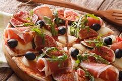 薄饼用无花果、熏火腿、芝麻菜、橄榄和无盐干酪chee 库存照片