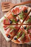 薄饼用无花果、熏火腿、草本、橄榄和无盐干酪closeu 库存照片