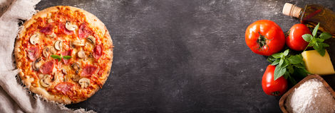 薄饼用火腿和蒜味咸腊肠与成份烹调的 免版税图库摄影