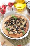 薄饼用茄子、橄榄和松果 免版税库存照片