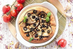 薄饼用茄子、橄榄和松果 库存图片