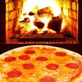 薄饼用蒜味咸腊肠和在火炉开火 免版税库存照片