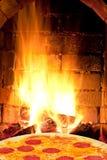 薄饼用蒜味咸腊肠和火在烤箱发火焰 库存图片