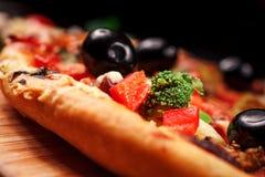 薄饼用蕃茄、无盐干酪乳酪、黑橄榄和蓬蒿 免版税库存照片