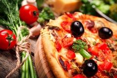 薄饼用蕃茄、无盐干酪乳酪、黑橄榄和蓬蒿 库存图片