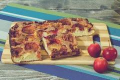 薄饼用香肠、橄榄、蕃茄和乳酪 库存照片