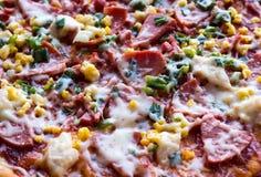 薄饼用香肠、鸡、玉米和乳酪,顶视图 免版税库存图片