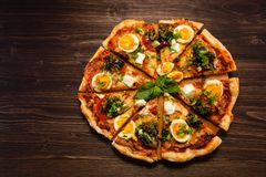 薄饼用鸡蛋和意大利辣味香肠 库存图片