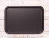 薄饼的空的烘烤盘子在木桌上隔绝了紧密顶视图正方形 嘲笑为设计 免版税库存照片