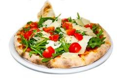 薄饼芝麻菜巴马干酪蕃茄mozzarela意大利食物薄饼,火腿采蘑菇橄榄 免版税库存图片