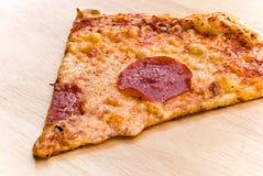 薄饼蒜味咸腊肠用干酪和蔬菜 免版税库存照片