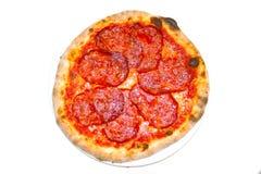 薄饼蒜味咸腊肠calabrese mozzarela意大利食物薄饼,火腿采蘑菇橄榄 免版税库存照片