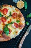 薄饼顶视图用蕃茄和mozarella 库存照片