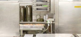 薄饼预习功课地区在商业厨房里 库存照片