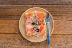 薄饼,快餐,在木头的额外板材 库存图片