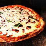 薄饼Margherita,经典那不勒斯的薄饼用熔化的乳酪我 免版税库存照片