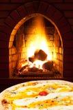 薄饼quatro formaggi和在火炉开火 免版税库存图片