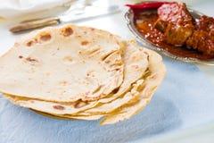 薄饼roti和印地安食物在餐桌上。 免版税图库摄影