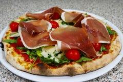 薄饼rucola,未加工的火腿,巴马干酪,餐馆意大利语 库存照片