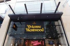 薇薇安・魏斯伍德与商业标志的商店前面 免版税库存图片