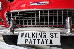 薛佛列贝莱尔4在走的街道芭达亚上的门轿车 免版税图库摄影